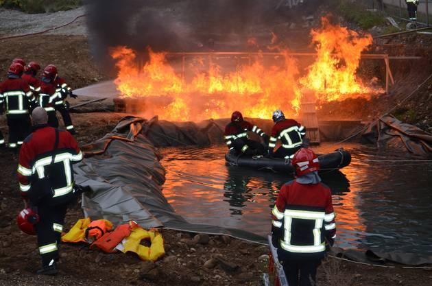 Zwei Kommandanten in einem Boot Stefan Hiltpold (li.) und  Lukas Bucher müssen die brennende Brücke löschen.