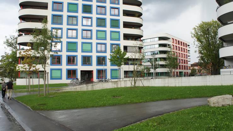 Neubauten mit Park und Fussgängerweg in Albisrieden.