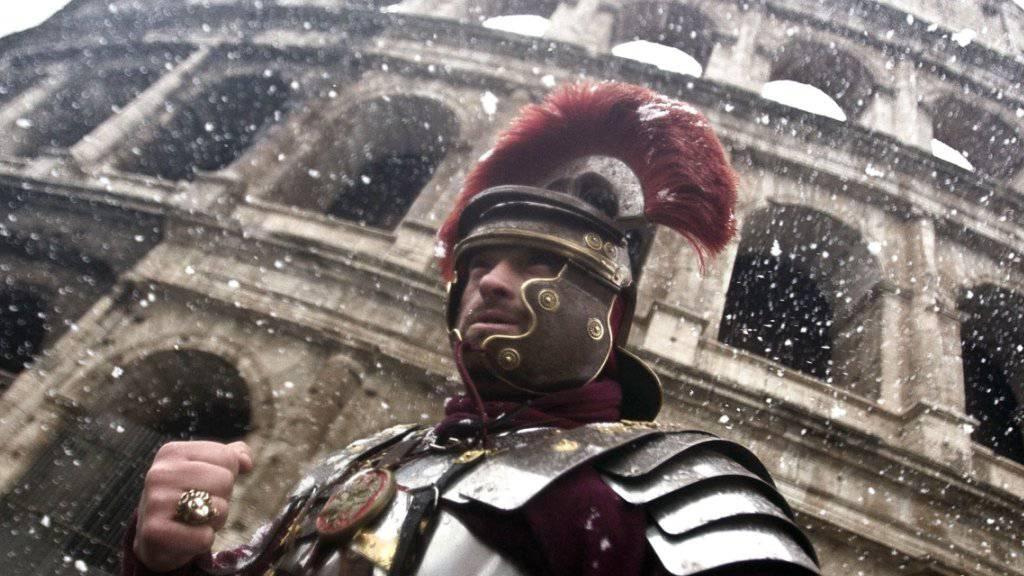 Seit Jahren bieten sich als Galdiatoren verkleidete Männer vor dem Kolosseum in Rom als Foto-Sujet für Touristen an. Nun könnte damit Schluss sein (Symbolbild).