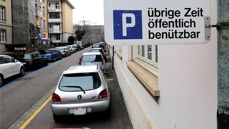 Der Gegenvorschlag erlaubt Dienstleistungsbetrieben bis zu 20 Prozent mehr Parkplätze in Quartieren mit hohem Parkdruck.Kenneth Nars