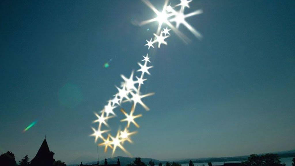 «Analemma for Kunsthaus Zug» heisst dieses Werk, das in der Herbstausstellung zu sehen ist. Der Künstler Olafur Eliassons fotografierte dafür während eines Jahres die Sonne zur immer gleichen Zeit aus dem Dachfenster des Kunsthauses.