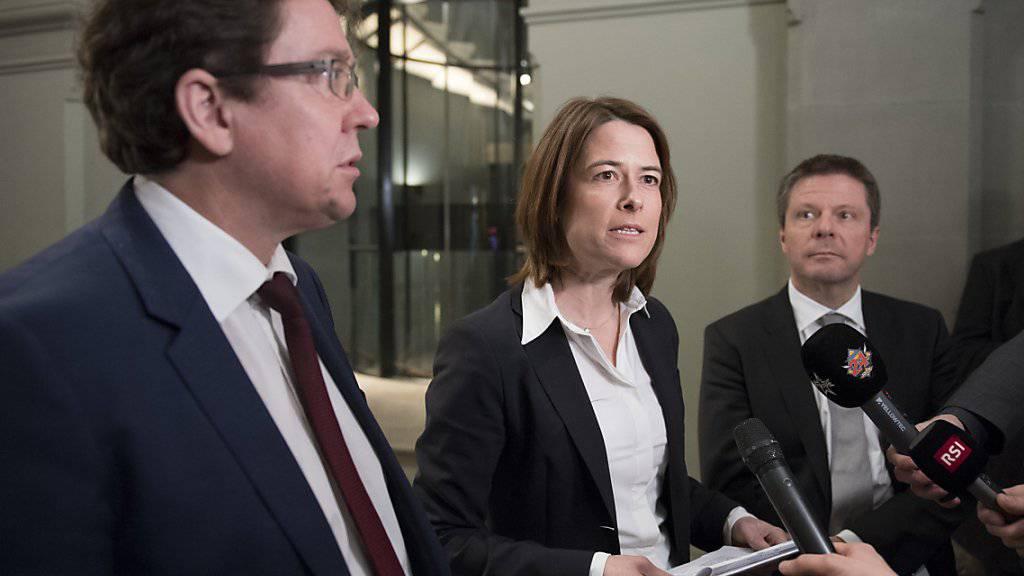 Bei der Reform der Altersvorsorge lenkt die Nationalratskommission in wichtigen Punkten ein. Albert Rösti (SVP), Petra Gössi (FDP) und Martin Bäumle (GLP) erwarten im Gegenzug, dass der Ständerat den AHV-Zuschlag von 70 Franken aufgibt.