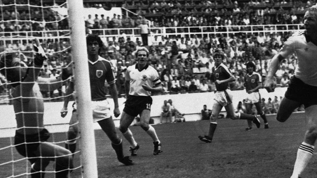 Der Ball fliegt nach dem Kopfball von Horst Hrubesch ins Tor, danach spielen Deutsche und Österreicher kaum noch Fussball.