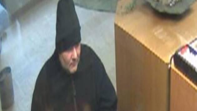 Der bewaffnete Mann betrat am 3. Juni die Filiale der Raiffeisenbank in Tegerfelden und verlangte Bargeld.
