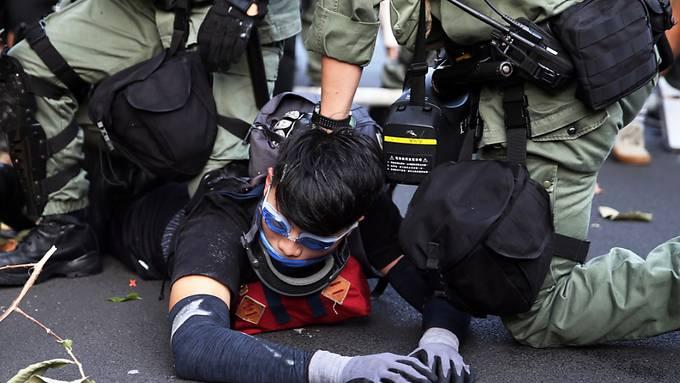 Bei Protesten von Regierungsgegnern in Hongkong ist es erneut zu Ausschreitungen gekommen.