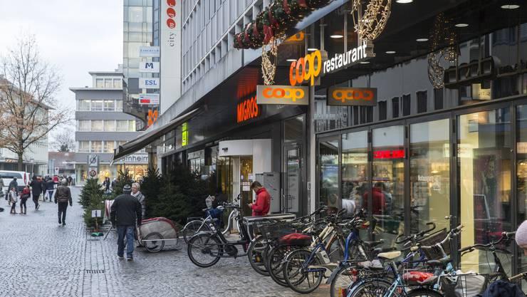 Im Thesenpapier nennt der Aargauische Gewerbeverband die Stadt Aarau als positives Beispiel im Kanton. Eine lebendige Innenstadt wurde hier erreicht, indem grosse Einkaufscenter wie die Igelweid mitten im Zentrum der Stadt gebaut wurden. Besuchermagnete wie Migros oder Coop City locken Kunden auch in die umliegenden, kleineren Geschäfte.
