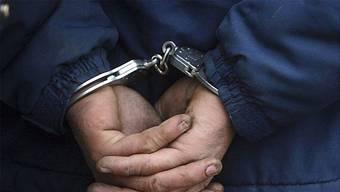 Zwei junge Männer wurde wegen eines Überfalls in Basel festgenommen. (Symbolbild)
