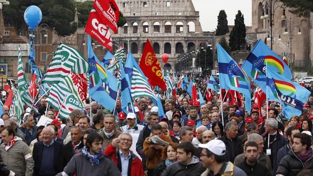 Demonstrationszug vor dem Kolosseum in Rom