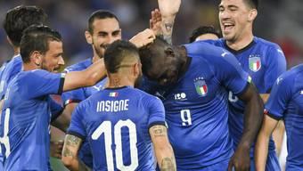 Mario Balotelli lässt sich nach seinem Tor zum 1:0 von den Mitspielern feiern
