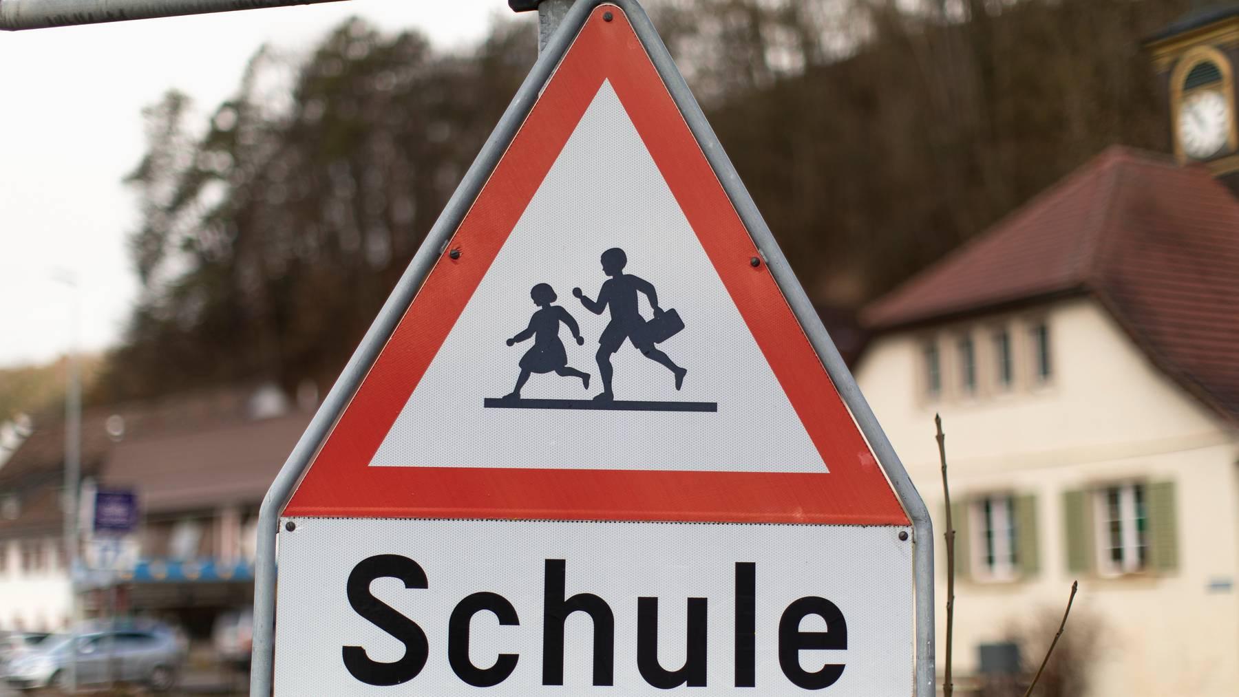 Kinder verhalten sich auf dem Trottoir und auf der Strasse oft überraschend, deshalb müssten Autofahrer besonders aufpassen.