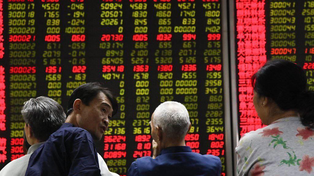 Positives Echo einzig in China: Investoren vor dem Tableau mit den Börsenkursen in einem Brokerbüro in Peking.