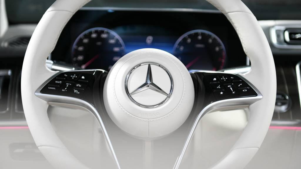 Wenige Monate nach dem Marktstart muss Daimler bis zu 1400 Luxuslimousinen der neuen Mercedes-S-Klasse weltweit zurückrufen. Bei bestimmten Fahrzeugen wurde in der Vorderachslenkung nicht die richtige Spurstange verbaut. (Archivbild)