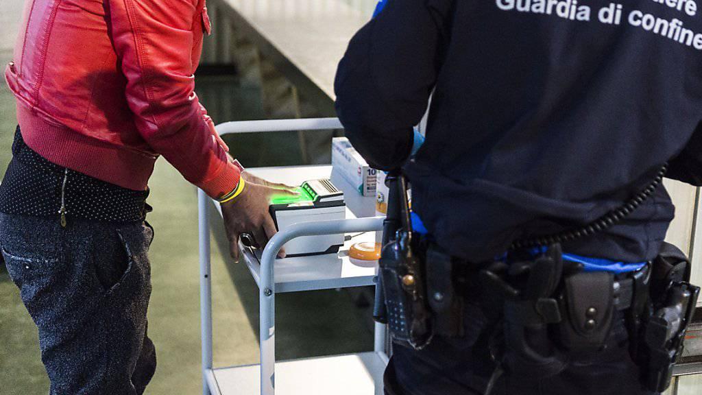 Noch ist es ruhig auf dem Genzwachtposten am Bahnhof in Buchs. Ein Flüchtling wird registriert. Die Schweiz rechnet bis Ende Jahr mit deutlich über 30'000 Asylgesuchen.