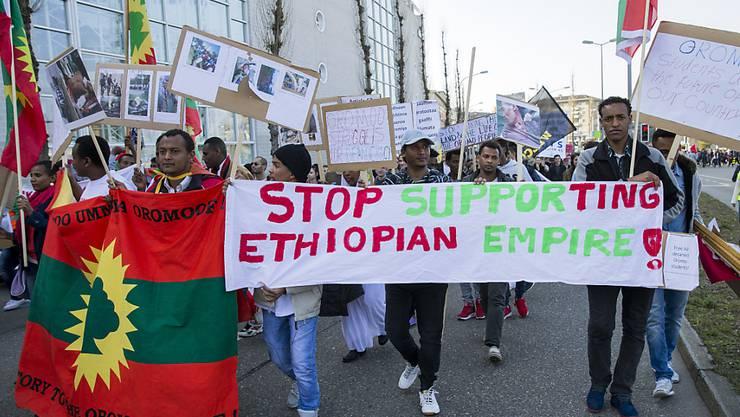 Äthiopier in Zürich demonstrierten bereits im März gegen die Unterdrückung der Volksgruppe der Oromo in ihrer Heimat. (Archivbild)