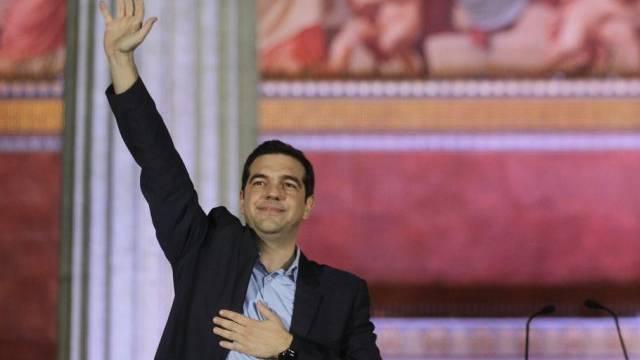 Tsipras winkt nach dem Wahlsieg den Syriza-Anhängern zu
