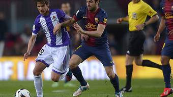 Barcelonas Cesc Fabregas im Duell mit Valladolids Javier Baraja.