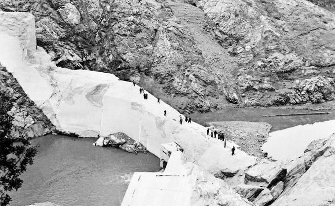 Der Tag danach: Menschen inspizieren den gebrochenen Damm – es ist nur noch wenig davon übrig.