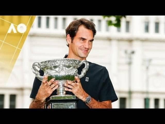 Am Tag nach seinem Sieg: Roger Federer präsentiert seinen Pokal