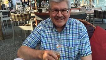 Roland Brogli geniesst die Pause mit einem kühlen Bier.