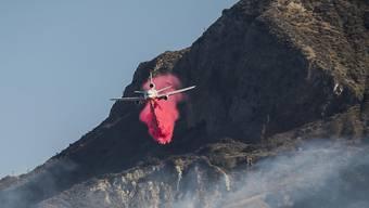 """Neuer Brand eingedämmt: Ein Löschflugzeug - ein sogenannter Very Large Air Tanker - im Einsatz gegen das """"Maria""""-Feuer in Ventura, Kalifornien."""