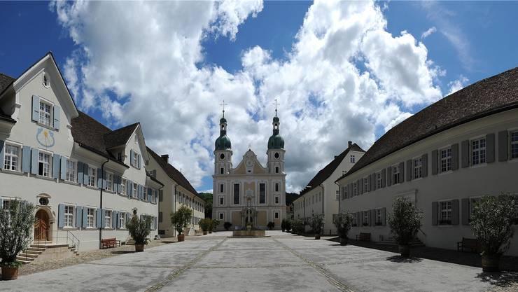 Der Trauergottesdient findet im Arlesheimer Dom statt. Auf dem Domplatz wird eine Grossleinwand installiert.
