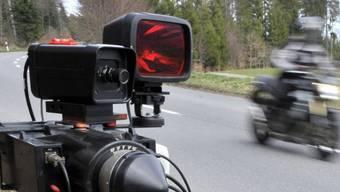 Ein Töfffahrer war in Stallikon im Zürcher Bezirk Affoltern viel zu schnell unterwegs. (Symbolbild)