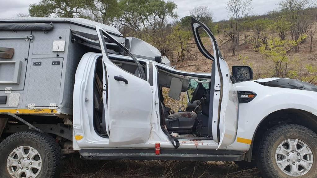 Die tödlich verletzte Giraffe krachte auf den Safari-Mietwagen, hinter dessen Steuer ein Schweizer Fahrer sass.