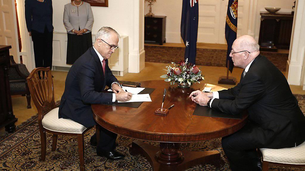 Malcolm Turnbull (links) nach dem Wahlsieg wird von Governor-General Peter Cosgrove als australischer Premier eingeschworen.