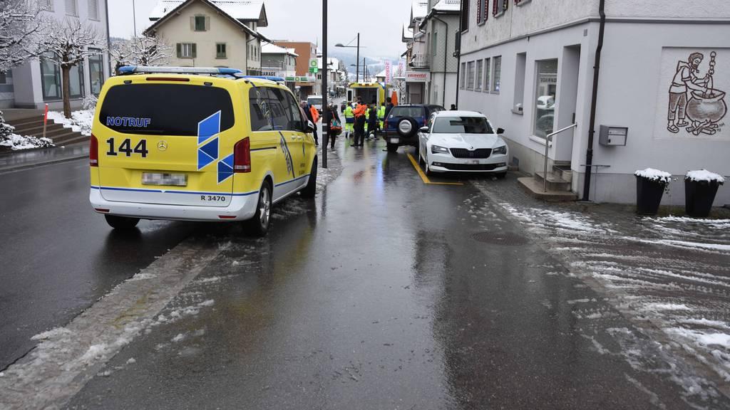 Auf Heimweg von der Schule: Bub wird von Auto erfasst