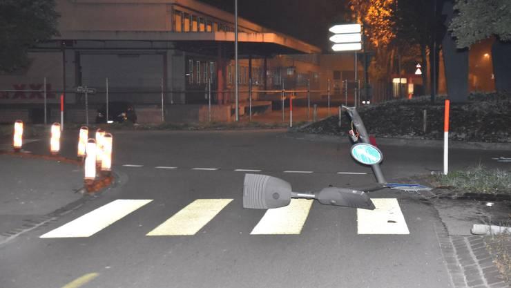 Im Kreisel kollidierte der Unfallfahrer mit einem Kandelaber.