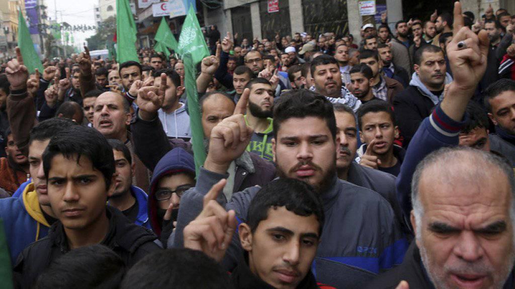 Bei Unruhen im Westjordanland und Gazastreifen sind am Freitag erneut Dutzende Palästinenser verletzt worden, mehrere davon lebensgefährlich.