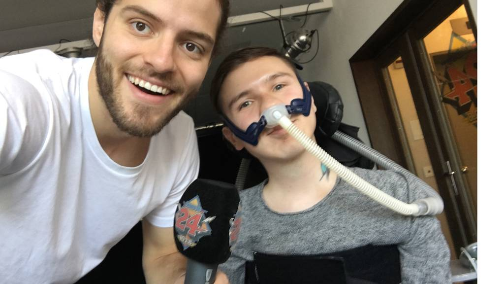 Amir Gashi sitzt wegen einer Muskelkrankheit im Rollstuhl und ist DJ
