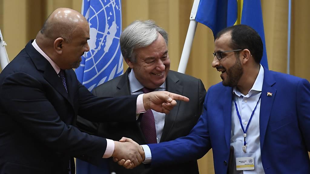 Huthi-Vertreter Mohammed Abdessalem (r) und Jemens Aussenminister Chaled Al Jaman reichten sich in Stockholm in Anwesenheit von Uno-Generalsekretär Antonio Guterres die Hand. Nun steht der Uno-Friedensplan auf der Kippe. (Archivbild)