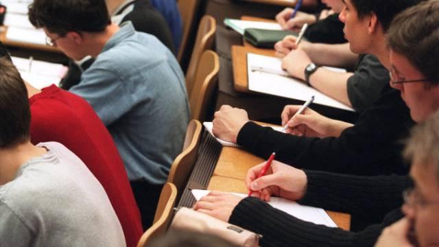 Gemäss Aussagen von Studenten seien bis zu 120 Franken für Plätze in ausgebuchten Kursen verlangt worden. (Archiv)