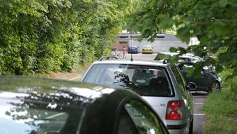 Parkplätze vor der Badi Döttingen: An Spitzentagen werden die Plätze für die Autos knapp. (Archiv)