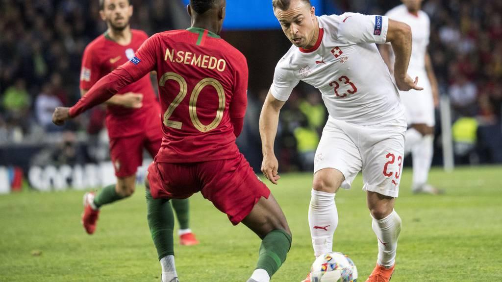 Portugal's Verteidiger Nelson Semedo, links, gegen Xherdan Shaqiri, rechts.