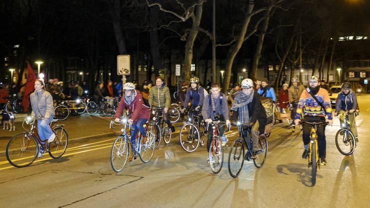 Fast hundert begeisterte Velofahrende gesellten sich am Freitagabend zu der Critical Mass.