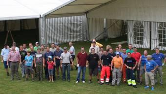Unter der Leitung von Bauchef Christoph Kohler (Zweiter von links) sind 40 freiwillige Helfer beim Aufbau der ersten Zelte beschäftigt.