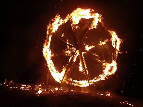 Weit über das Tal hinein leuchtet das sich im Vollbrand befindliche Feuerrad.