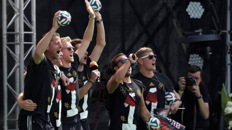 So gehen die Deutschen... Die deutschen Stars veräppeln Finalgegner Argentinien.