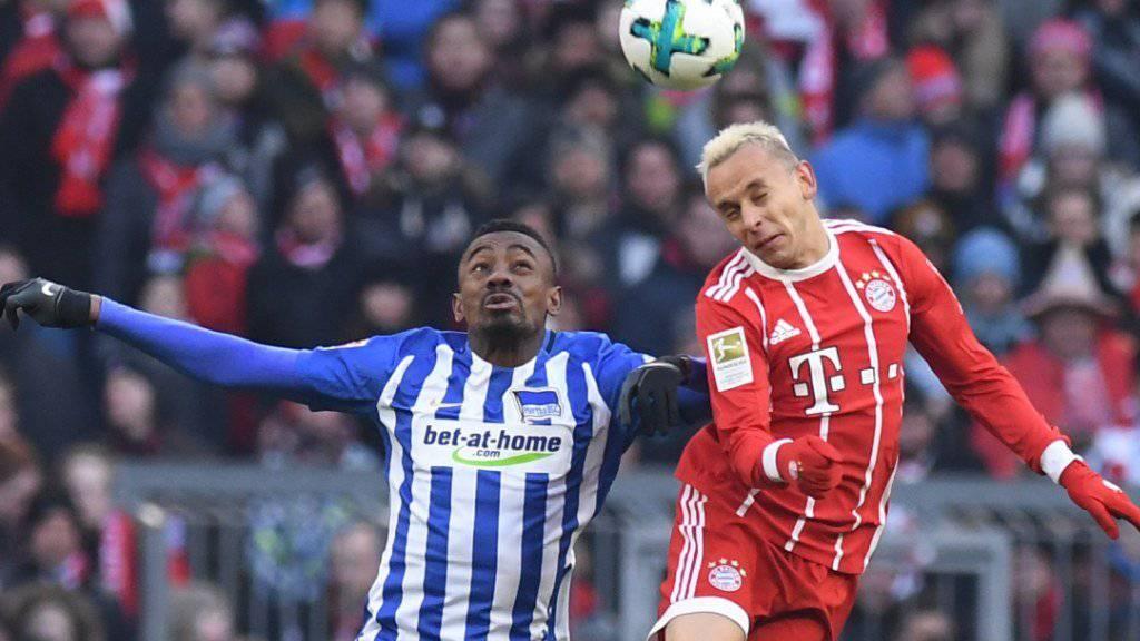 Kopfball-Duell zwischen Herthas Salomon Kalou (links) und Bayerns Rafinha