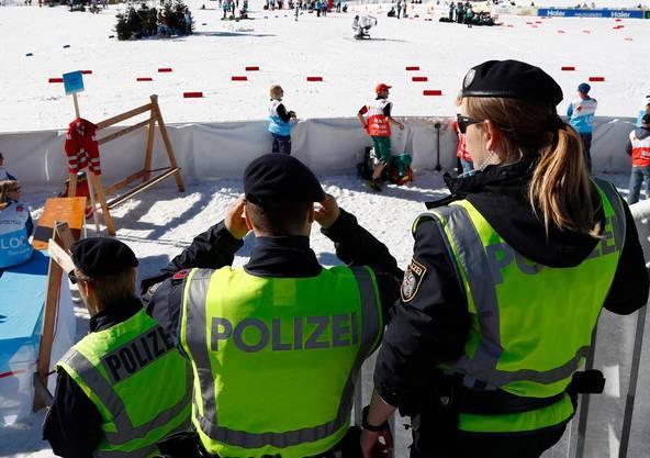 An der Strecke sind viele Polizisten zugegen.
