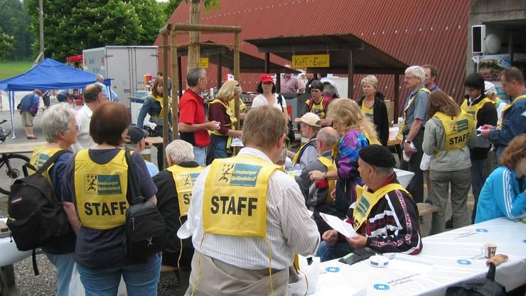 Sorgfältige Instruktion: Die freiwilligen Helferinnen und Helfer werden ausführlich über ihre Aufgabe aufgeklärt.