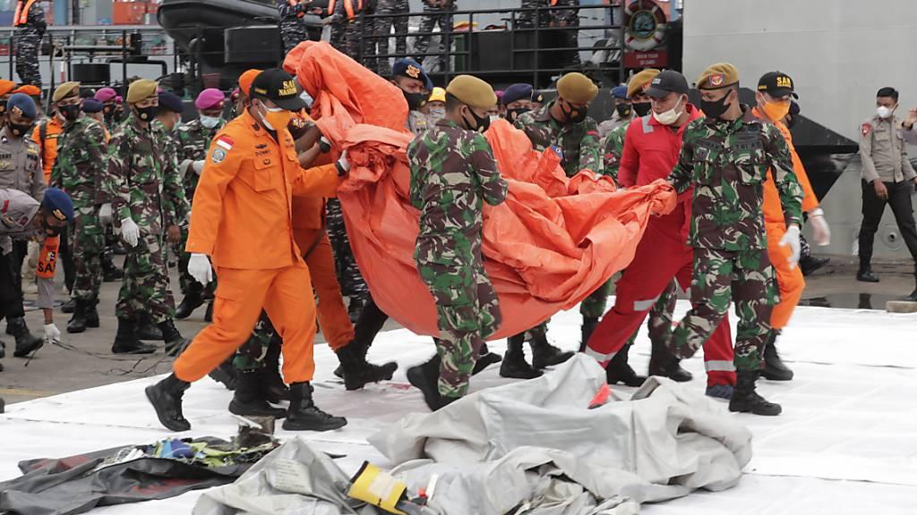 Leichenteile und Trümmer bei Suche nach Flugzeug entdeckt