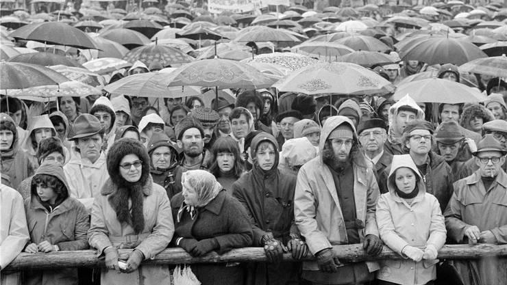 Mehr als 15000 Menschen versammelten sich am 6. April 1975 zu einer Demonstration auf dem Bauplatzdes Atomkrafwerks Kaiseraugst – schon eine Woche vorher besetzten Aktivisten das Areal.KEYSTONE/PHOTOPRESS-ARCHIV