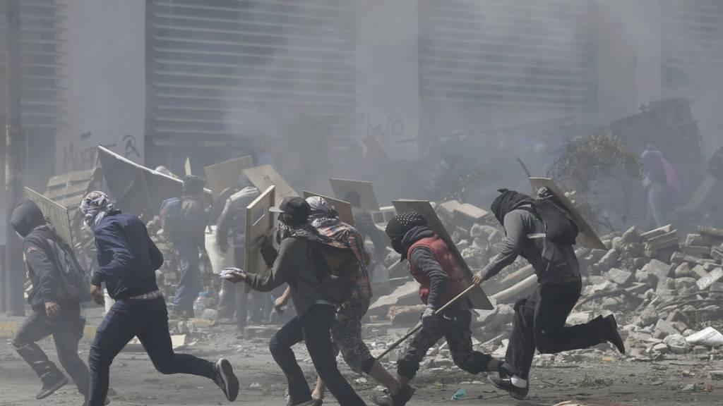 Präsident in Ecuador stellt Hauptstadt unter Militärkontrolle