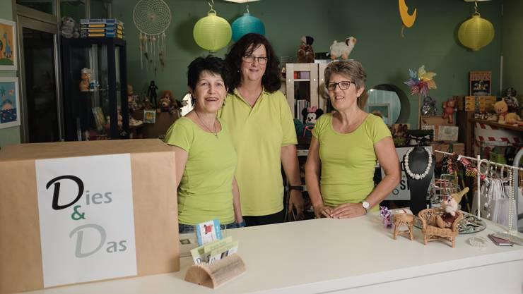 """Die Schwestern Lisa Zehnder (li.) und Agnes Häfeli (re.) betreiben mit ihrer Freundin Betty Egloff (Mitte) denBrocki-Shop """"Dies&Das"""" in Neuenhof."""