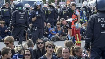 Die Polizei hatte alle Hände voll zu tun: Gegendemonstranten der Neonazi-Kundgebung blockieren mehrere Strassen in Berlin-Spandau.