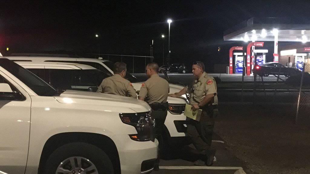 Polizisten am Tatort in Bakersfield.