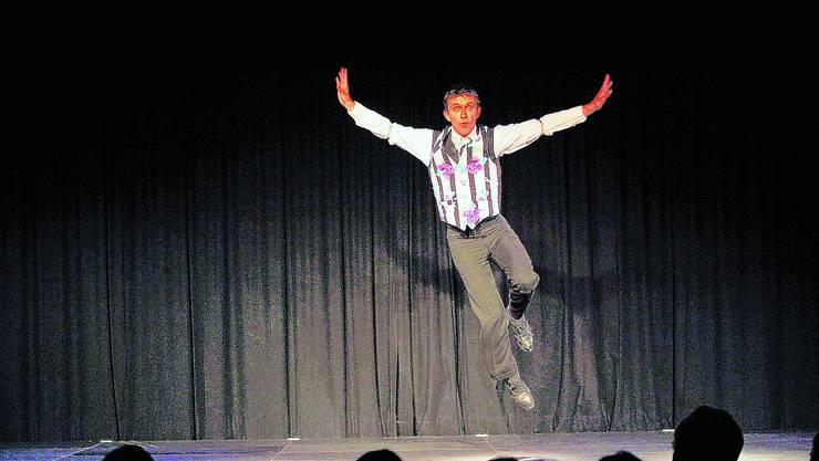 Kleintheater: Lukas Weiss tanzt durch die Lüfte. (Felix Gerber)